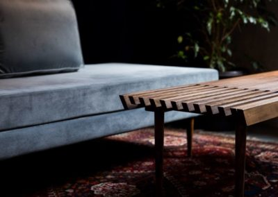 kanapé és asztal